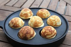 Danish aebleskiver are traditional holiday dish in Scandinavian countries, and they're sold as a street food Aebleskiver Recipe, Danish Pancakes, Mini Pancakes, Waffles, Takoyaki Pan, Donuts, Puff Pancake, Danish Food, Street Food