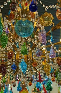 Murano in Venice has been known for the beautiful glass works for centuries. I agree! Amazing Murano chandelier with beautiful crystal fruits. Murano Glass, Venetian Glass, Foto Poster, Dream Catchers, Colored Glass, Sun Catcher, Wind Chimes, Bunt, Stained Glass