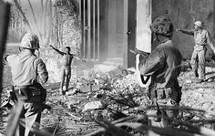 Japanese soldier surrendering to US Marines, Marshall Islands, 1944 - retro pin Rare Historical Photos, Rare Photos, Ww2 Photos, History Photos, Nagasaki, Hiroshima, Puente Golden Gate, Iwo Jima, Picture Albums