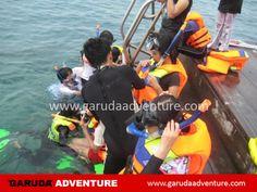 Menikmati snorkling di pulau pelangi