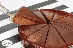 Ciasto czekoladowe to jedno z ulubionych ciast na całym świecie. Serca Amerykanów podbiło brownie, które bywa uznawane za najbardziej czekoladowy spośród wszystkich wypieków (przepis możesz znaleźć tutaj) . Domowe francuskie ciasto czekoladowe jest gęste, ciemne