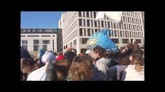 pillow fight flashmob Berlin - Kissenschlacht