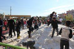 Tarsu'ya Gülek Beledeyi'sinin katkılarıyla suni kar geldi, eğlence başladı! 2 şubat cumartesi günü karnesini getiren bütün çocuklar kar topu savaşı yapıp bol bol eğlendi!
