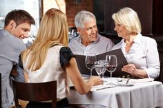 Aller au restaurant une fois par mois, essayer d'inviter les enfants au restaurant tous les 2 ou 3 mois