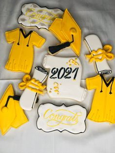 Tips for making your cookie making easier when making sugar cookies with royal icing. 1. Limit the number of designs to no more than five. 2. Limit your colors to three to five. #graduationcookies #cookies #cookieswithroyalicing #yellowandblackgraduationcookie #simplegraduationcookies #cutegraduationcookies #sugarcookieswithroyalicing Royal Icing Cookies, Sugar Cookies, Graduation Cookies, How To Make Cookies, Make It Simple, Make It Yourself, Number, Baking, Colors