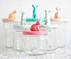 Leuk voor Pasen met konijntjes of voor in de kinderkamer met andere figuren. Gebruik lege glazen potjes. Plak op de deksel het figuurtje en spuiten de deksel inclusief het figuurtje in te gekke pastels!
