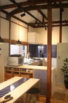 共用リビングのキッチンです。 オーブン電子レンジや炊飯器、共用の食器調理器具などが揃ってます。大きな冷蔵庫も2台あります。