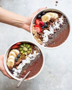vegan chocolate acai berry smoothie bowl An antioxidant-packed, energizing, and beautifying breakfast bowl that tastes more like chocolate ice cream. Acai Smoothie, Vegan Smoothies, Smoothie Bowl, Smoothie Blender, Smoothie Drinks, Acai Recipes, Smoothie Recipes, Clean Eating Snacks, Healthy Snacks