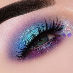 Are you looking for ideas for your Halloween make-up? Browse around this site for unique Halloween makeup looks. Eye Makeup Glitter, Eye Makeup Art, Eyeshadow Makeup, Crazy Eyeshadow, Eyeliner, Unique Halloween Makeup, Creative Eye Makeup, Scary Halloween, Mermaid Halloween Makeup