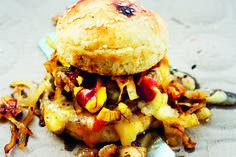 Ingen har väl heller missat burgartrenden som sveper över landet med mer välgjorda hamburgare, lagade med mycket kärlek? I detta recept av Mange Schmidt – ur hans nya kokbok Street Food: en...
