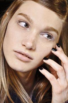 uñas negra con forma cuadrada y corta