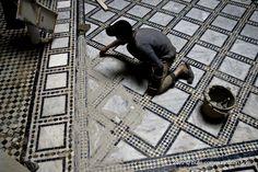 Petit artisan carreleur (Maroc)