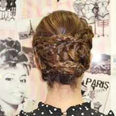 Recogido bajo con trenzas  ¿A que queda ideal en cabellos castaños?   ⠀  #evapellejero #recogido #trenzas #peinadosdeboda #novias #invitadas #invtadaperfecta #salondepeluqueria #zaragoza