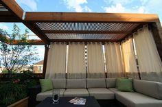 pérgola simple pero agradable decorado con cortinas preciosas que crean un ambiente muy cómodo.