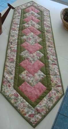 Super Ideas for patchwork christmas table runner natal Patchwork Table Runner, Table Runner And Placemats, Table Runner Pattern, Quilted Table Runners, Quilt Block Patterns, Quilt Blocks, Lap Quilts, Christmas Runner, Christmas Quilting