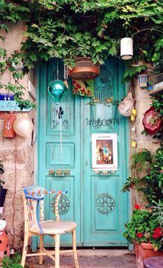 32 ideas old door with windows ideas garden gates Cool Doors, Unique Doors, When One Door Closes, Deco Boheme, Door Gate, Door Knockers, Bohemian Decor, Bohemian Style, Bohemian House