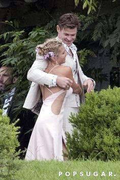 Chris Hemsworth and Elsa Pataky's PDA at This Wedding Is So Sweet, It'll Give You a Toothache Elsa Pataky, Celebrity Couples, Celebrity Weddings, Celebrity Style, Chris Hemsworth Kids, Chris Pratt, Hollywood Actor, Short Hairstyles For Women, Celebs