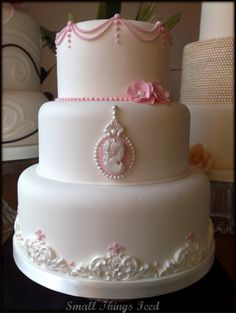 alexia dives posted Vintage Cameo Cake to their -wedding cakes- postboard via the Juxtapost bookmarklet. Pretty Cakes, Beautiful Cakes, Amazing Cakes, Wedding Cake Designs, Wedding Cakes, Cameo Cake, Foundant, Girly, Cupcake Cookies