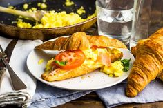 Afterparty ontbijt tip! Scrambled Eggs, Croissant, Ethnic Recipes, Tips, Food, Tomatoes, Egg Scramble, Crescent Roll, Essen