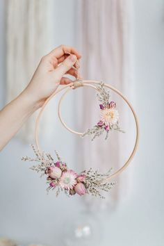 Beautiful Wall piece DIY from an embroidery hoop with dried flowers. Beautiful Wall piece DIY from an embroidery hoop with dried flowers. Deco Floral, Arte Floral, Floral Wedding Decorations, Flower Decorations, Table Decorations, Chandelier Wedding Decor, Fake Flowers Decor, Fake Wedding Flowers, Spring Decorations
