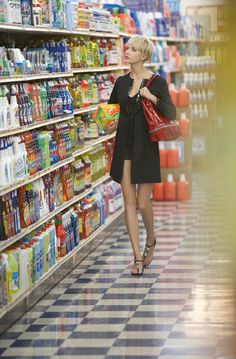 A smart outfit for grocery shopping. Lifestyle Photography, Photography Poses, Fashion Photography, Vogue, Domestic Goddess, Girl Short Hair, Fashion Images, Editorial Fashion, Short Hair Styles