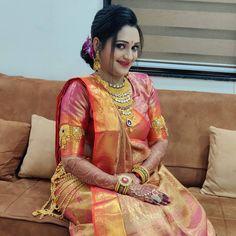 The Big Red One, Waist Jewelry, Saree Draping Styles, Bride Portrait, Bindi, Married Woman, Traditional Looks, Saree Wedding, Hair Beauty