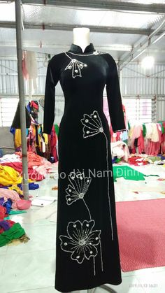 Fabric Paint Designs, Dress Neck Designs, Ao Dai, Runway Fashion, Cloths, Cape, Sewing Patterns, Fashion Dresses, Embroidery