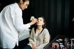 Bloggerin DariaDaria beim Make-up vor dem Shooting.