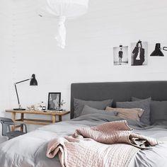 Du har väl inte missat vårt nya, tjocka magasin som finns ute i butik nu? Där kan du bland annat läsa om vårens trender och titta in hemma hos stylisten Pella Hedeby, som har det här underbara sovrummet. Du kan även beställa tidningen hem till din brevlåda - klicka på länken i vår profil #myhomese #pellahedeby #inspiration #scandinaviandesign #inredning #sovrum #bedroom #pink