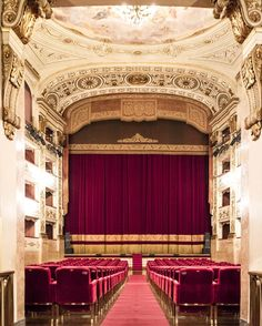 The theater it's the best the best among the arts the only one where you can be every time a different person. The life is put on stage the curtain rises. The show develops between soul and sweat on the skin. Between heart and tears. Lights out on the applause from the audience. But what happens behind the scenes I have always asked myself. Thanks to Teatro della Pergola on sunday I could see how a theater is behind the orchestra and the actors: a walk through the history and the efforts of…