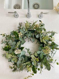 A Spring Wreath Tutorial by @the_suffolk_nest - Just A Little Build Xmas Flowers, Flower Wreaths, Fresh Flowers, Dried Flowers, Spring Flowers, Floral Wreath, Diy Spring Wreath, Spring Door Wreaths, Christmas Wreaths
