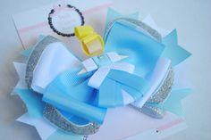 Laço de boutique duplo com escultura das Princesas <br>tamanho aproximado 13cm de comprimento <br>bico de pato ou faixa <br> <br>Você pode escolher nas cores de qualquer princesa, não só a Cinderela