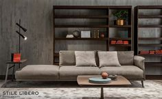 STILE LIBERO è un divano in pelle puro e definito nei dettagli, semplice, ma allo stesso tempo raffinato nello stile.  In questa foto è proposto con la pelle RENEE in colore Tortora.