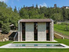 Ein rustikal - modernes Steinhaus mit einem besonders schönem, aber schlichten Pool von Stefano Zaghini Architetto
