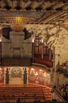 Interior espectacular del #PalauDeLaMúsicaCatalana. http://www.viajarabarcelona.org/lugares-para-visitar-en-barcelona/palau-de-la-musica-catalana-de-barcelona/ #Barcelona #Modernismo