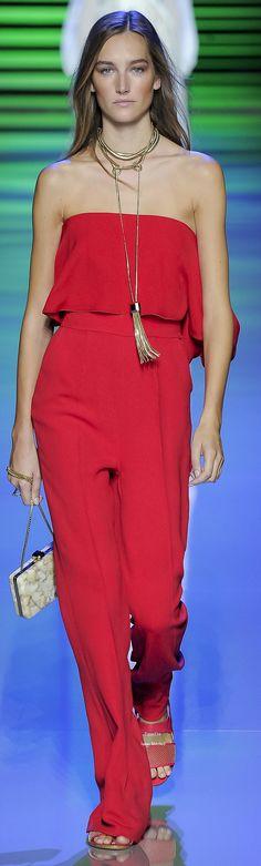 Como no vestirte con un jump suit en este tono tan elegante, llamativo que inspira a la chica sawa  Dragon .Elie Saab Collection Spring 2016 Ready-to-Wear # feng shui # astrología # moda www.espaciosawa.com