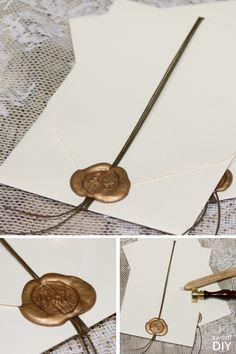 Diese DIY-Idee zeigt euch eine einfache und schöne Art unsere Karten mit Einstecktasche zu verschließen. In die Karten könnt ihr beliebig viele Einleger stecken. Wir haben eine Baumwollkordel um die Karten gewickelt und diese zum Schluss mit goldenem Siegelwachs versiegelt.    Hochzeitskarten basteln - Einladungskarten mit Einstecktasche - DIY - Siegel mit Initialen - Siegelwachs - Gold   