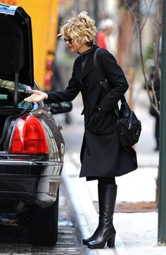 Meg Ryan Photos Photos - Meg Ryan arrives at her NYC hotel and is very happy to retrieve a small bottle of lotion or shampoo from the trunk of her car. - Meg Ryan at a New York Hotel Meg Ryan Hairstyles, Short Curly Hairstyles For Women, Curly Bob Hairstyles, Trendy Hairstyles, Fashion Hairstyles, Meg Ryan Haircuts, 1980s Hairstyles, Black Hairstyles, Natural Hairstyles