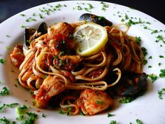 Spaghetti Frutti di Mare (Seafood Spaghetti) Driving home from work today and as usual, I was thinking about what to make for dinner. Healthy Dishes, Tasty Dishes, Pasta Recipes, Cooking Recipes, Pasta Meals, Capellini, Fusion Food, Linguine, Tilapia