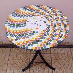 Mais uma mesinha pronta!!! Toda trabalhada na cor e no estilo, com as pastilhas drops do @portal_mosaico ! Mesa feita para área externa, com cola super resistente da @tekbondartesanato . O tampo mede 60 cm de diâmetro. Está disponível à pronta entrega, e se tiver interesse é só me mandar inbox. Xonei nela! ❤️🎨😍 #alemdaruaatelier #verokraemer #mesamosaico #mesasacada #mosaicoartistico #mosaicosbrasil #mosaico #mosaik #mosaic