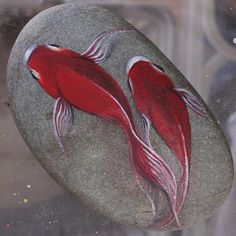 felsen und steine I drew a picture of a goldfish on top of the stone. It sees the illusion life-like. Rock Painting Patterns, Rock Painting Ideas Easy, Rock Painting Designs, Pebble Painting, Pebble Art, Stone Painting, Stone Crafts, Rock Crafts, Arts And Crafts