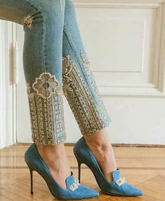 stylish embroidered hems on denim skinny jeans / Denim Fashion, Fashion Pants, Fashion Dresses, Womens Fashion, Couture Dresses, Sewing Clothes, Diy Clothes, Mode Shoes, Diy Jeans