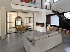 Foyer en angle pour une vision plus importante de la flamme. La modernité est au rendez-vous. Decor, Loft, Loft Bed, Bed, Furniture, Home Decor
