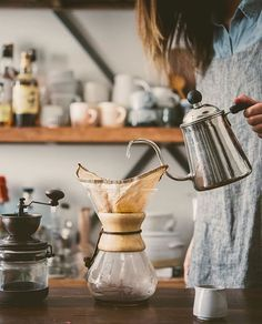 Chemex pour-over coffee Coffee Shop, V60 Coffee, Coffee Maker, Coffee Break, Coffee Time, Tea Time, Hygge, Coffee Drinks, Coffee Cups