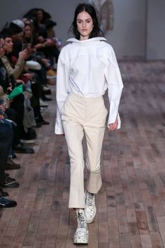 Fall 2017 Ready-to-Wear Fashion Show Collection: See the complete Fall 2017 Ready-to-Wear collection. Look 2 Fast Fashion, Fashion Week, Fashion 2017, Urban Fashion, Love Fashion, Runway Fashion, Fashion Outfits, Fashion Design, High Fashion