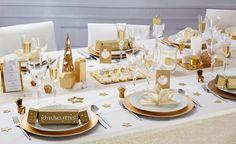 Zoé Confetti - Table jour de l'An féerique : Le charme scandinave s'invite à votre table pour un Noël tout en douceur et légèreté. L'idée de Zoé : pour le centre de table, orner l'arbre en métal de plumes et de pampilles.