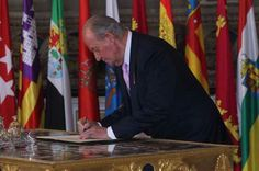 El Rey sanciona la ley de su abdicación estampando su última firma como Rey de España - http://plazafinanciera.com/rey-sanciona-ley-abdicacion-estampando-ultima-firma-rey-espana/ | #Abdicación, #FelipeVI, #JuanCarlos, #Portada, #Rey #Política
