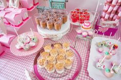 Details of dessert and cakepops for this Alice in Wonderland themed party