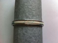 bracelet jonc argenté avec cuir plat imprimé bleu , beige et marron : Bracelet par nessymatriochka