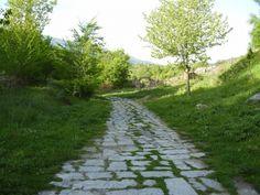 Parte de la Calzada Romana Vía de la Plata se puede recorrer en el entorno de Baños de Montemayor. Un entorno fresco, verde y hermosísimo donde pasar el ardiente verano español.